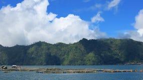 Weergeven van de Batur-Bergen en het meer Bij de plaats van de natuurlijke hete lentes onder de Batur-vulkaan, in de Kintamani-be stock foto's
