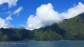 Weergeven van de Batur-Bergen en het meer Bij de plaats van de natuurlijke hete lentes onder de Batur-vulkaan, in de Kintamani-be stock afbeeldingen