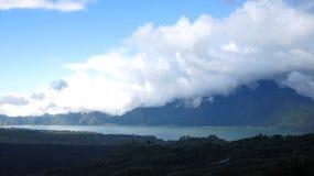Weergeven van de Batur-Bergen en het meer Bij de plaats van de natuurlijke hete lentes onder de Batur-vulkaan, in de Kintamani-be royalty-vrije stock fotografie