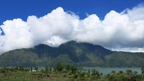 Weergeven van de Batur-Bergen en het meer Bij de plaats van de natuurlijke hete lentes onder de Batur-vulkaan, in de Kintamani-be royalty-vrije stock foto's