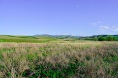 Weergeven van de bergen en de heuvel in de lente Bergen van Kazachstan royalty-vrije stock foto