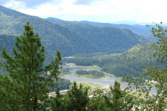 Weergeven van de bergvallei met de Altai-rivier royalty-vrije stock afbeelding