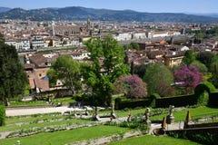 Weergeven van de beroemde Bardini-tuin in Florence met de Basiliek van het Heilige Kruis op de achtergrond royalty-vrije stock foto