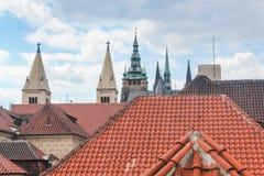 Weergeven van de betegelde daken van huizen en spiers van kerken in Praag, Tsjechische Republiek stock fotografie