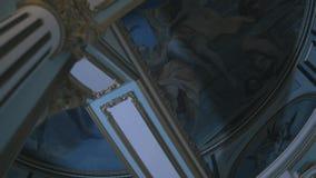 Weergeven van de bodem op het plafond in de Kathedraal die godsdienstige sc?nes in moza?eken afschildert lengte Godsdienst en gel stock videobeelden