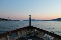 Weergeven van de boog van de boot op het Adriatische overzees en zonsondergang in Trogir royalty-vrije stock afbeelding