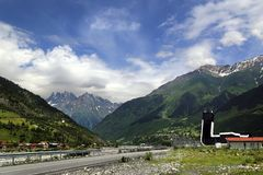 Weergeven van de bouw van de luchthaven na Koningin Tamara tegen de achtergrond van bergen in het hoge bergdorp wordt genoemd van stock foto