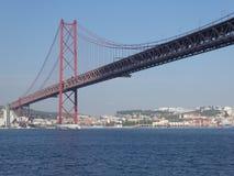 Weergeven van de brug van 25 April in Lissabon, Portugal, Europa royalty-vrije stock fotografie