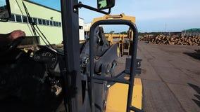 Weergeven van de cabine van de bulldozer bij de zaagmolen, bulldozer bij de zaagmolen, stock video