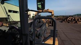 Weergeven van de cabine van de bulldozer bij de zaagmolen, bulldozer bij de zaagmolen, stock footage