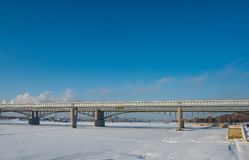 Weergeven van de dijk van de Ob-Rivier op de metro brug in Novosibirsk, Rusland royalty-vrije stock foto