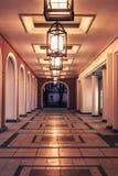 Weergeven van de galerij in schemering met bogen die door antieke lantaarns worden aangestoken stock foto