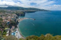 Weergeven van de Golf van Sorrento, die van de stad van Meta wordt gezien royalty-vrije stock afbeelding