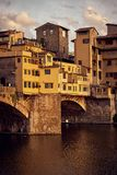 Weergeven van de Gouden Brug van Ponte Vecchio in Florence Arno-rivier stock foto