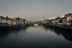 Weergeven van de Gouden Brug van Ponte Vecchio in Florence Arno-rivier stock foto's