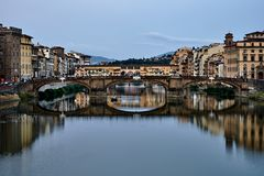 Weergeven van de Gouden Brug van Ponte Vecchio in Florence Arno-rivier stock afbeelding