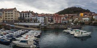Weergeven van de haven van het dorp van Mundaca in Biscaye op een bewolkte dag royalty-vrije stock foto's
