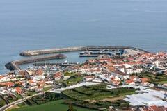 Weergeven van de havenstad met verscheidene ligplaatsen vanaf de bovenkant - Portugal stock foto's