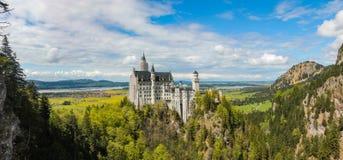 Weergeven van de het kasteel en omgeving van Neuschwanstein in Beieren stock afbeeldingen