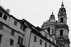 Weergeven van de historische kathedraal in Praag van de kant van de stadsstraat royalty-vrije stock foto's