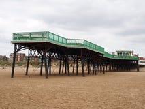 Weergeven van de historische victorian pijler in heilige annes op overzees binnen in lancashire met het strand at low tide en geb stock foto