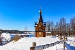 Weergeven van de houten bouw van een Orthodoxe kapel in de stad van Maloyaroslavets, Rusland royalty-vrije stock fotografie