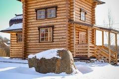 Weergeven van de houten bouw van een Orthodoxe kapel in de stad van Maloyaroslavets, Rusland royalty-vrije stock afbeeldingen