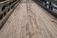 Weergeven van de houten brug over de gracht rond het Shlokenbek-landgoed in Letland r royalty-vrije stock foto's