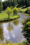 Weergeven van de Kamenka-Rivier op een hete de zomerdag stock afbeeldingen