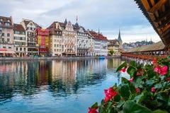 Weergeven van de Kapelbrug van de historische stad van Luzerne in de herfstlicht stock afbeeldingen