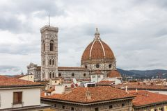 Weergeven van de Kathedraal van Santa Maria - Del - Fiore en de klokketoren van Giotto van de daken in Florence, Italië royalty-vrije stock foto's