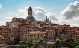 Weergeven van de kathedraal Siena stock foto