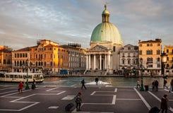 Weergeven van de kerk van San Simeone Piccolo op Grand Canal van het station in Venetië, Italië royalty-vrije stock afbeelding