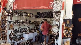 Weergeven van de kleine winkels die met de hand gemaakte voorwerpen in Istanboel Turkije verkopen royalty-vrije stock afbeelding