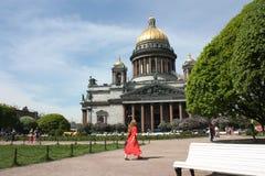 Weergeven van de koepel van St Isaac Kathedraal in Petersburg royalty-vrije stock fotografie