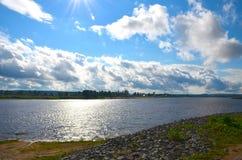 Weergeven van de kromming van rivier met de glans van de zon stock foto's