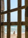 Weergeven van de kust met doornemend kind ingescheept op w stock foto