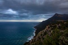 Weergeven van de kust met wolken royalty-vrije stock afbeelding