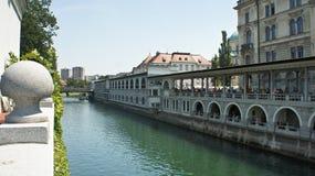 Weergeven van de Ljubljanica-rivier in oude stad, mooie architectuur, zonnige dag, Ljubljana, Slovenië royalty-vrije stock fotografie
