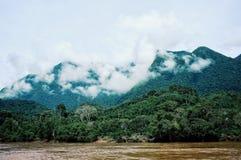 Weergeven van de mekong rivier die aardige die heuvels en bergen hebben met regenwoud en wolken worden behandeld stock foto's