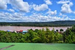 Weergeven van de Mekong Rivier, Thailand Wat Suwannakhuha Ubon Ratchathani Thailand stock foto's