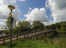 Weergeven van de mooie brug, de huizen en het kanaal op een donkere de zomerdag in de Nederlandse stad van Vlaardingen stock afbeeldingen