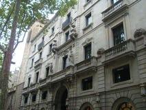 Weergeven van de mooie huizen op La Rambla in Barcelona royalty-vrije stock foto's