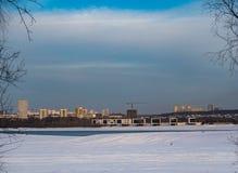 Weergeven van de nieuwe gebouwen op de rechteroever van de Ob-Rivier in Novosibirsk, Rusland royalty-vrije stock afbeelding