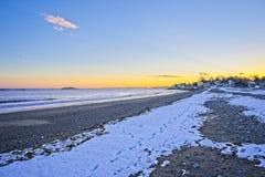 Weergeven van de oceaan en strandgolven tijdens zonsondergang in de winter in New England royalty-vrije stock fotografie