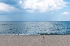Weergeven van de oceaan met dramatische wolken en regen op de horizon stock foto