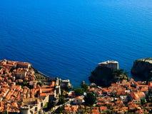 Weergeven van de oude stad van Dubrovnik en Adriatische Overzees stock afbeeldingen