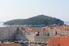 Weergeven van de oude stad van Dubrovnik Kroatië en het Eiland Lokrum stock afbeelding