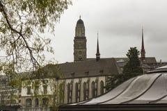 Weergeven van de oude stad van Grossmunster en van Zürich van Limmat-rivier royalty-vrije stock foto