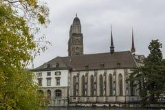 Weergeven van de oude stad van Grossmunster en van Zürich van Limmat-rivier royalty-vrije stock fotografie